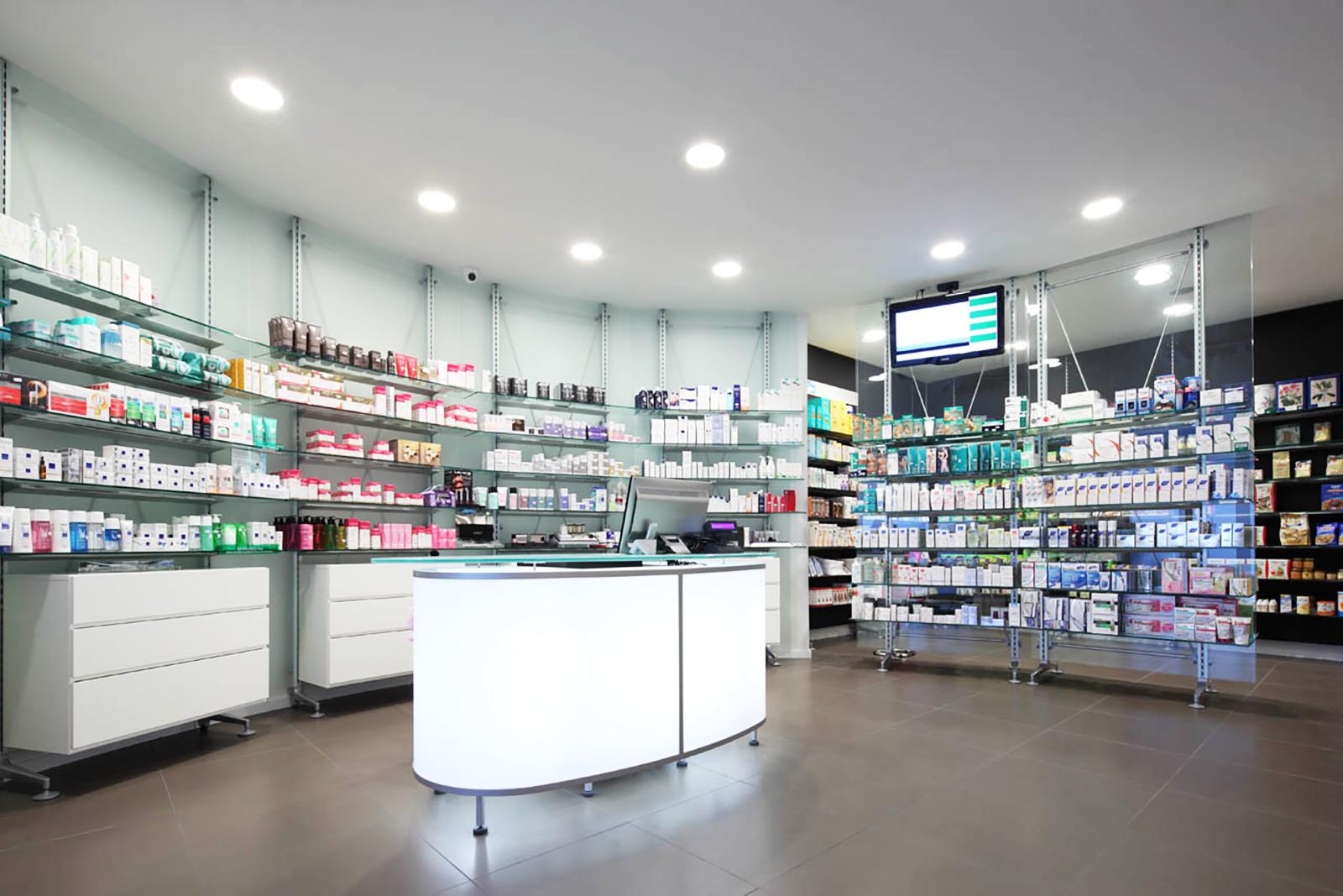 Roma rapina farmacia cliente mette al tappeto il bandito